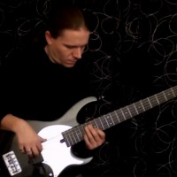 Viktor L?rincz: Delayed Bass Solo