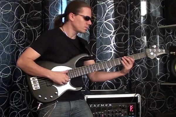 Viktor L?rincz: Intro Bass Solo