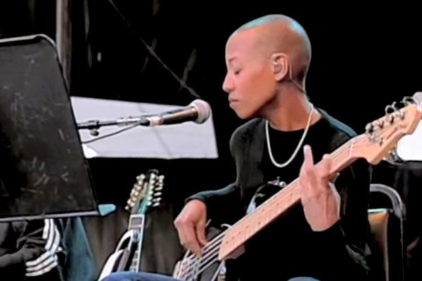 """Acoustic David Bowie with Gail Ann Dorsey: """"Heroes"""" (Live)"""