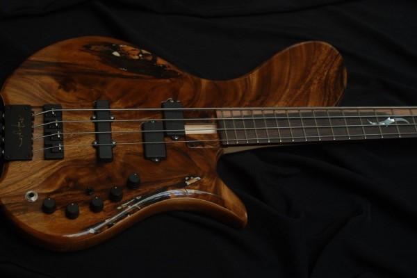 Bass of the Week: Maurizio ?ber Basses ?ber-Groove 4 Single Cut