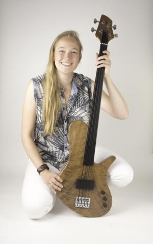 Frederiek de Vette with her Singlecut Fretless Bass