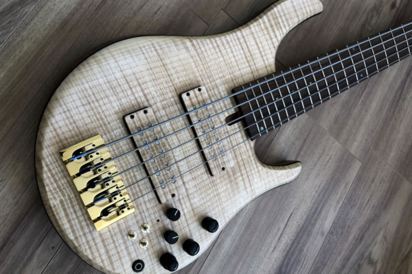 Bass of the Week: Swan Guitars Swan Special