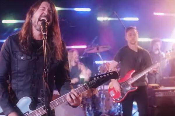 Dee Gees (Foo Fighters): You Should Be Dancing